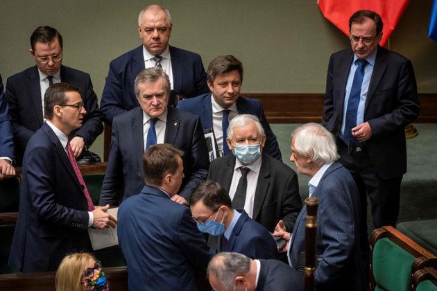 PiS-puolueen johtaja Jarosław Kaczyński (3. oikealta) neuvotteli pääministeri Mateusz Morawieckin kanssa Puolan parlamentissa 7. toukokuuta.