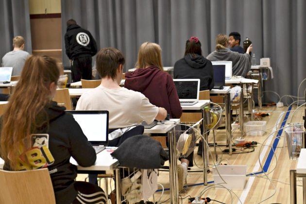 Abiturientteja äidinkielen ylioppilaskokeessa Ressun lukiossa Helsingissä 10. maaliskuuta 2020.