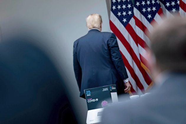 Presidentti Donald Trump poistui 11. toukokuuta Valkoisessa talossa pidetystä tiedotustilaisuudesta, jossa kerrottiin covid-19-taudin leviämisestä Yhdysvalloissa.