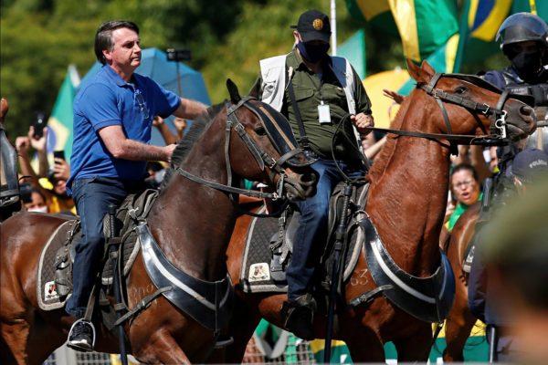 Presidentti Bolsonaro ratsasti väkijoukkoon 31. toukokuuta Brasilian pääkaupungissa Brasíliassa.