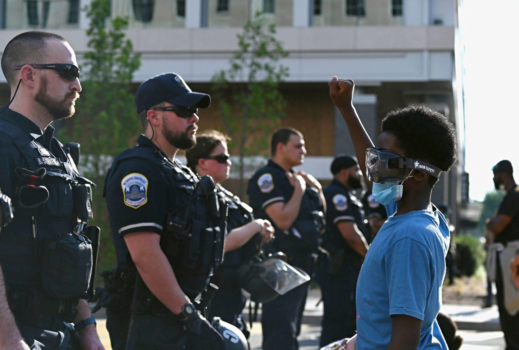 Newyorkilainen Jacob Belay Barack Smith, 10, osallistui Black lives matter -mielenosoitukseen Valkoisen talon lähellä Washingtonissa 23. kesäkuuta.