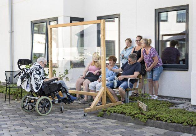 Hoivakodissa Ruotsin Nödingessä tehtiin erityisjärjestelyjä, jotta asukkaat voisivat tavata omaisiaan turvallisesti.