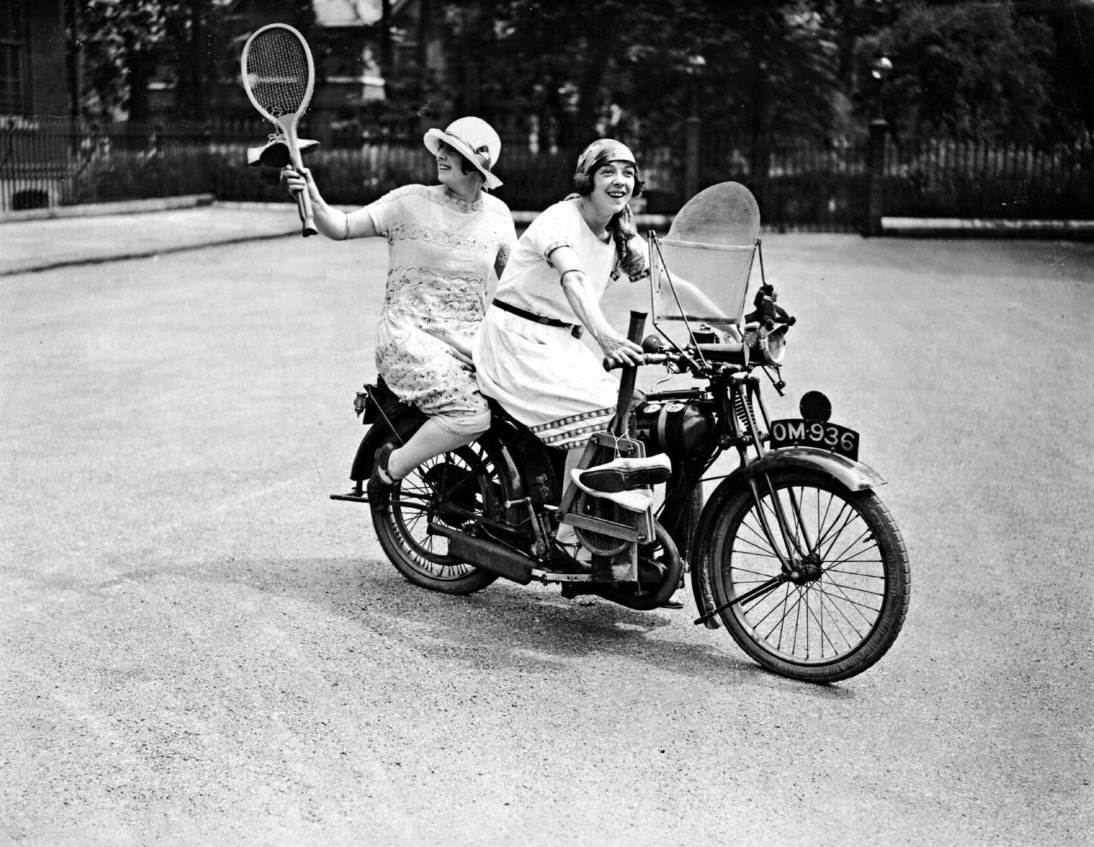 1925: Naiset ajavat moottoripyörällä pelaamaan tennistä töiden jälkeen.