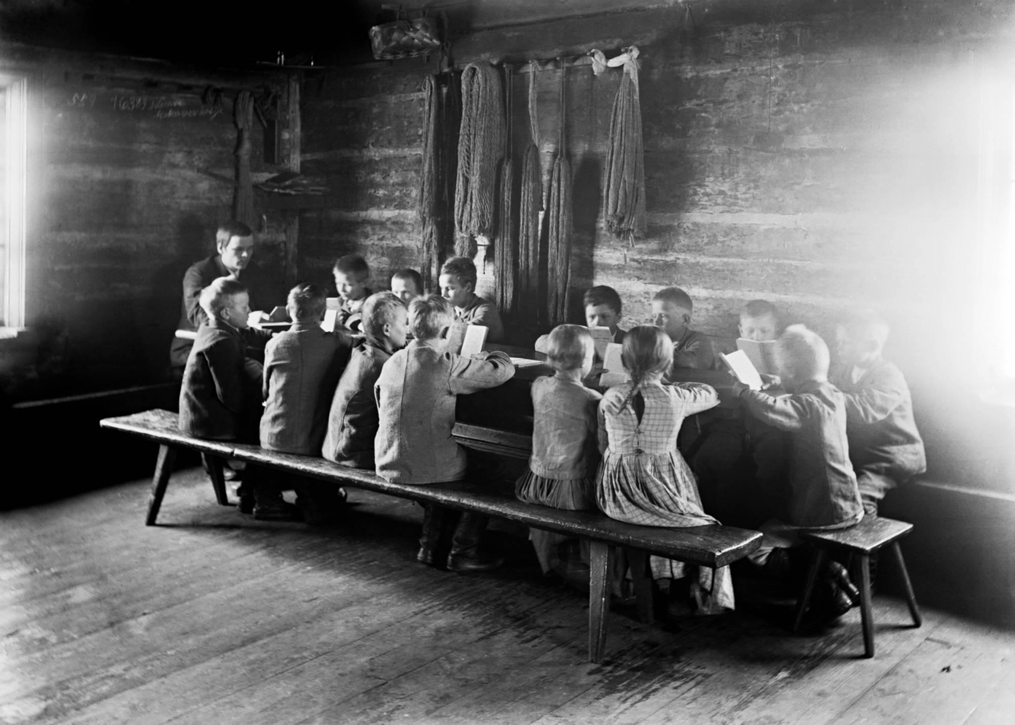 Karl Granit: Heikki Kauppinen (Kauppis-Heikki) opettaa lapsia Kehvon koulussa. Siilinjärvi 1892–1894.