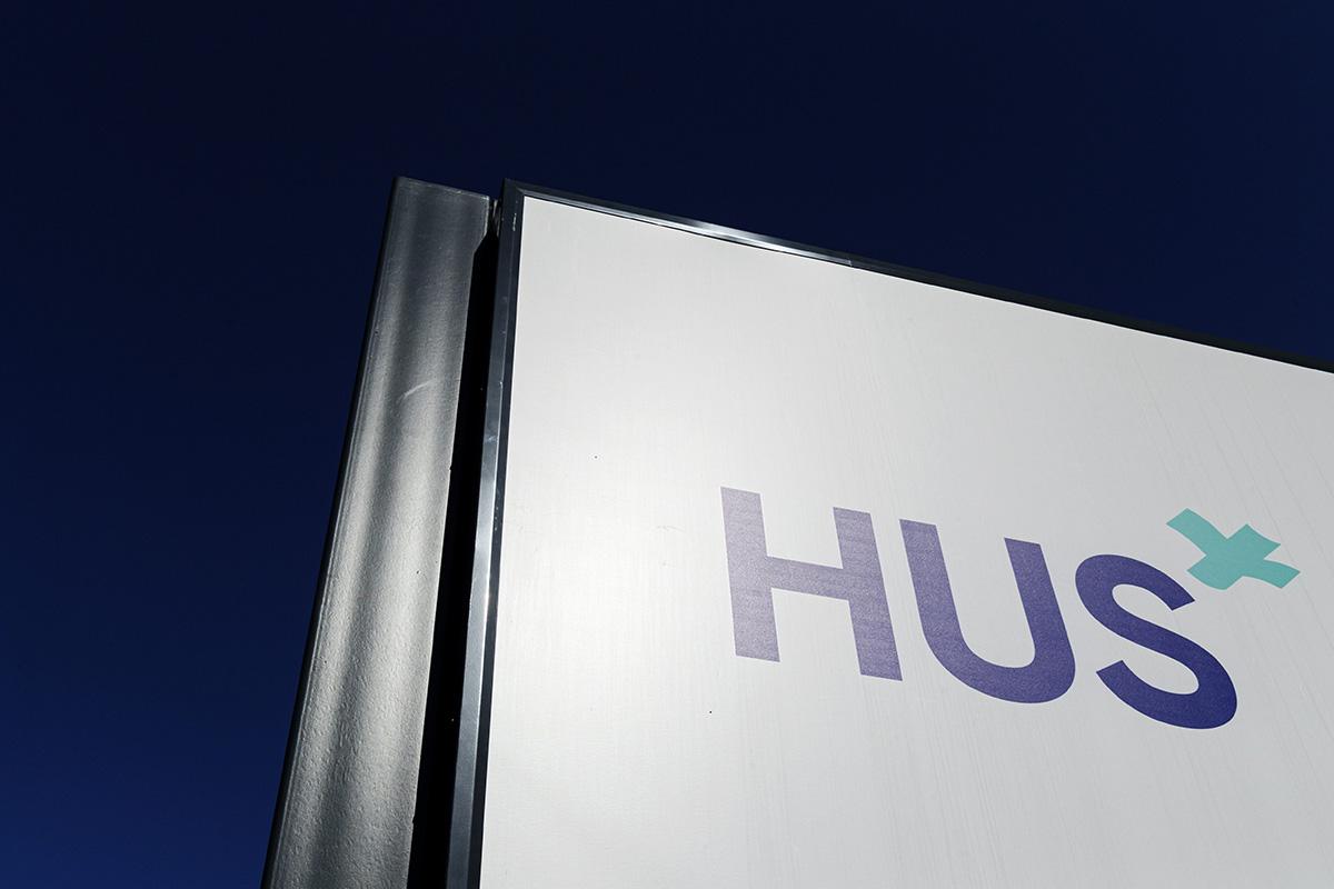 Helsingin ja Uudenmaan sairaahoitopiirin HUS:n kyltti Meilahden sairaala-alueella Helsingissä 10. kesäkuuta 2020.