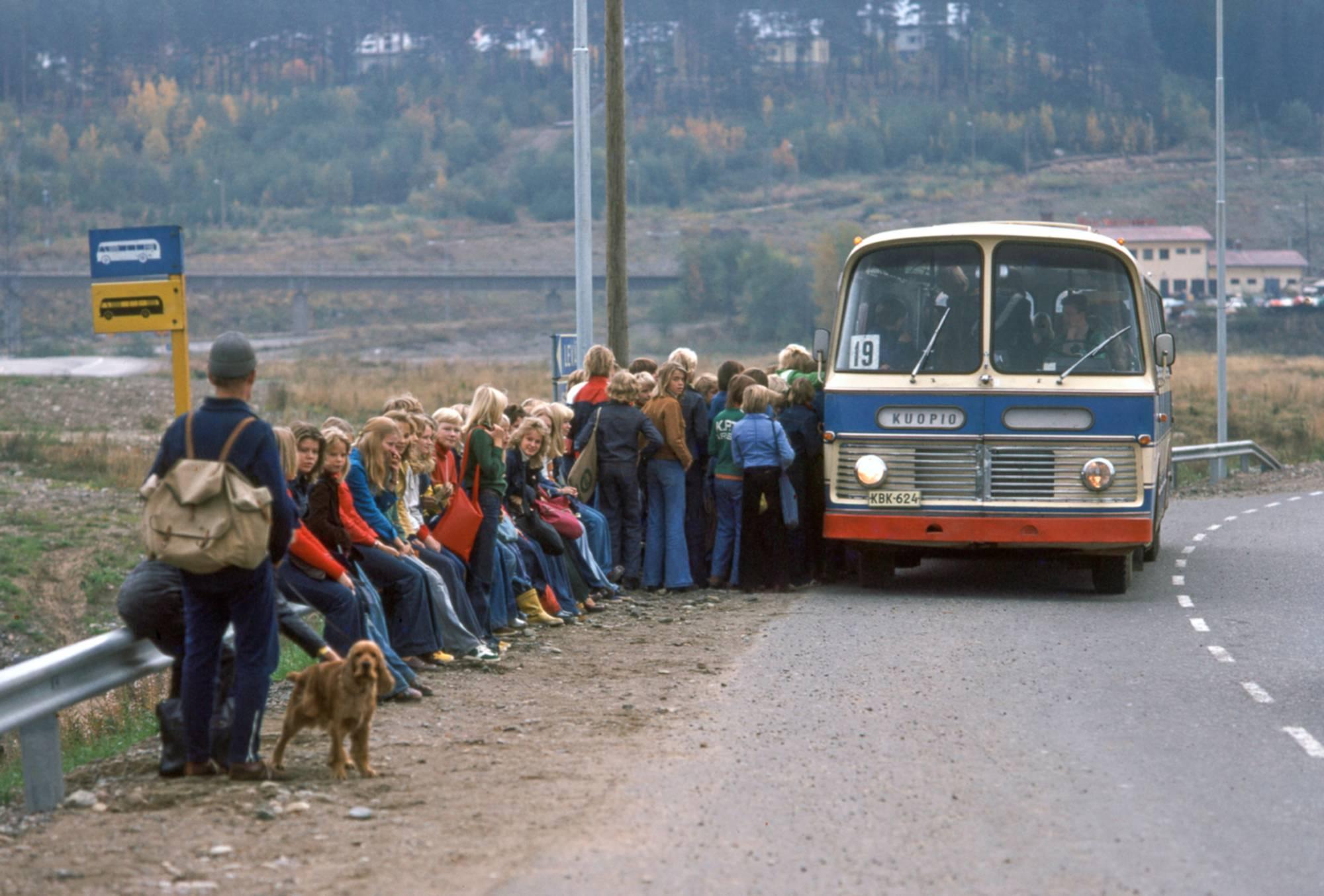 Topi Ikäläinen: Linja-auto Särkiniemessä. Kuopio, 1970-luku.