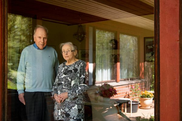 Isovanhemmat asuvat omakotitalossa kaukana lähimmistä naapureista.