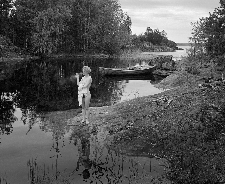 Ari Jaskari: Nuori nainen tupakoi. Puumala, Lietvesi, 1989.