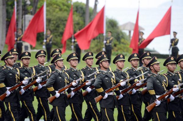 Kiinalaisia sotilaita paraatissa. Kuvituskuva.