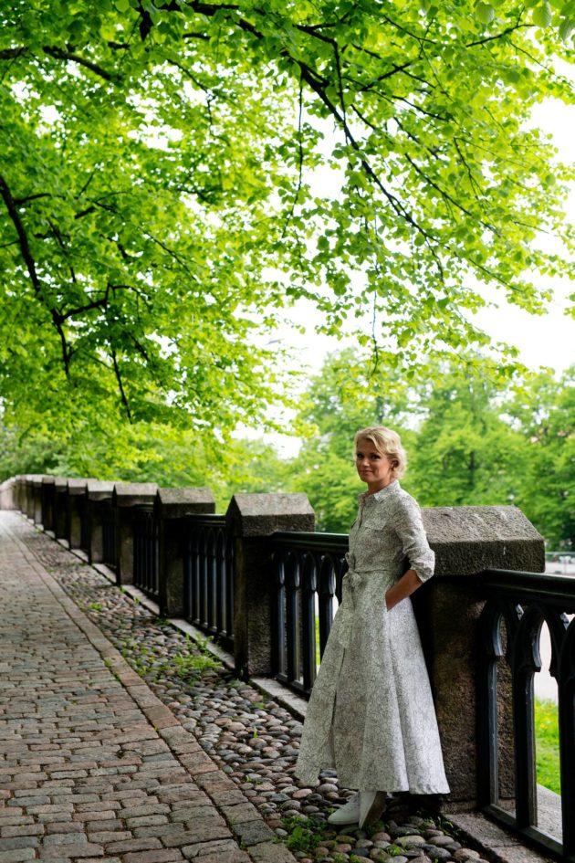 Maaret Kallio Johanneksenpuistossa Helsingissä.