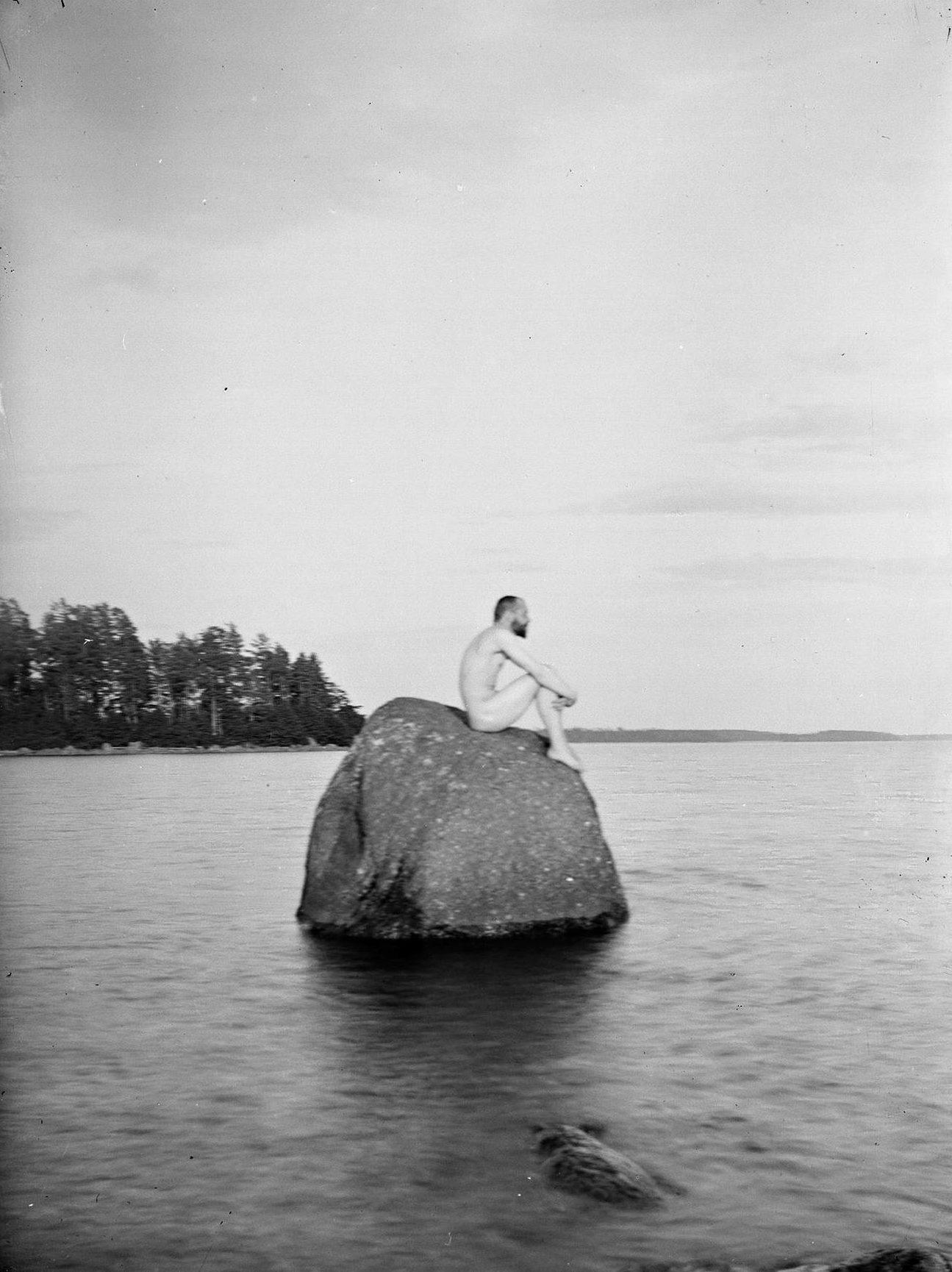 Hugo Simberg: Omakuva siirtolohkareella. Säkkijärvi, Niemenlautta, 1900. Kansallisgalleria.