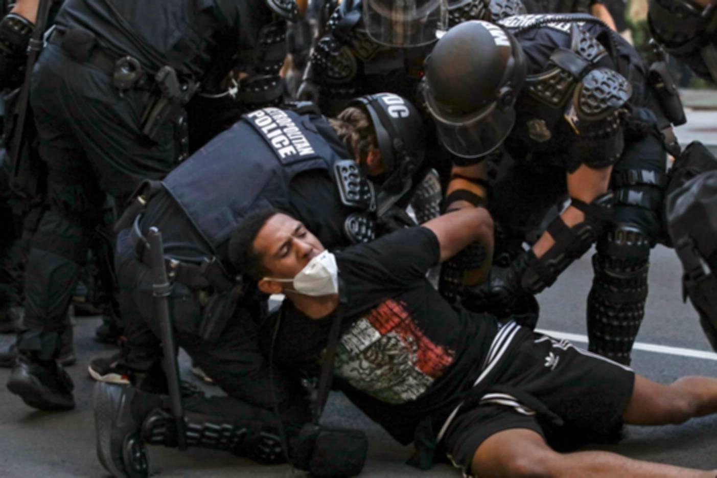 Poliisit ottivat yhteen mielenosoittajien kanssa Washingtonissa 1. kesäkuuta.
