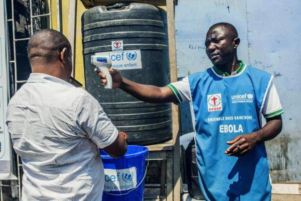 Ebolan torjunnassa on kyse arkisista asioista. Mies pesi käsiään Gomassa Kongon demokraattisessa tasa- vallassa 15. heinäkuuta.