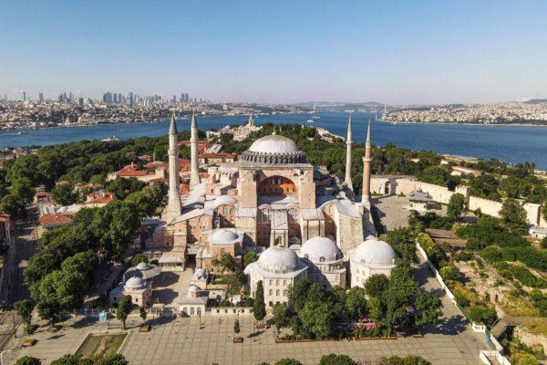 Istanbulissa sijaitseva Hagia Sofia rakennettiin aluksi ortodoksiseksi kirkoksi vuonna 537. Nyt se on Euroopan suosituimpia museoita.