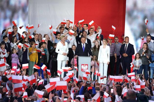 Puolan presidentti Andrzej Duda juhli vaalivoittoa Varsovassa 12. heinäkuuta.