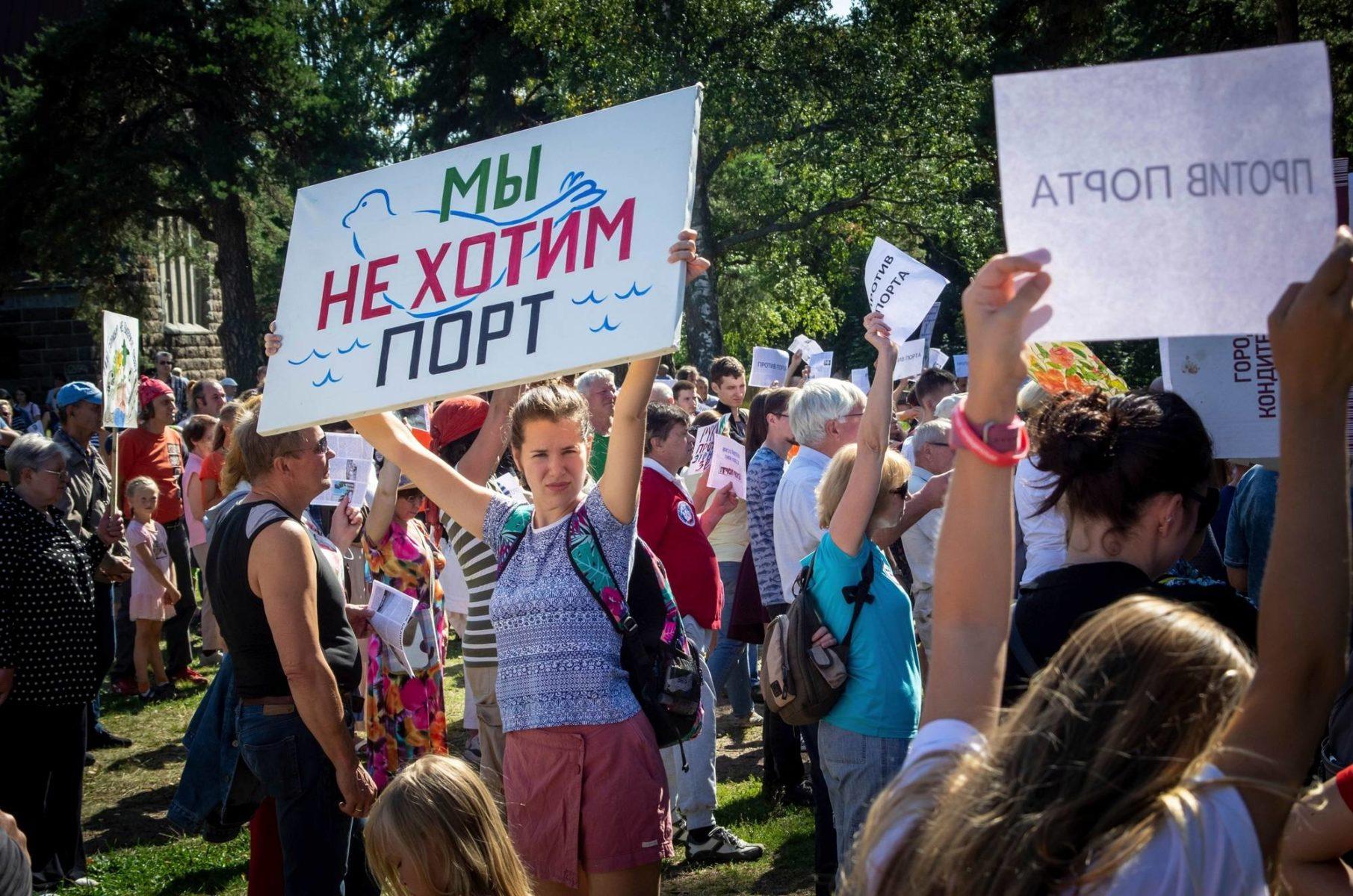"""""""Emme halua satamaa"""". Näin julisti kyltti, kun koivistolaiset ja muualta tulleet ympäristöaktivistit kerääntyivät mielenosoitukseen elokuussa 2019."""