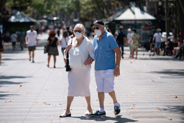 Maskeihin pukeutunut pariskunta käveli Espanjan Barcelonassa 18. heinäkuuta 2020.