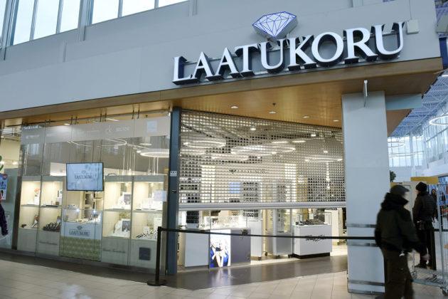Kauppakeskus Jumbossa Vantaalla sijaitsevaan kultasepänliikkeeseen murtauduttiin lokakuussa 2018. Varkaat saivat saaliikseen satojentuhansien eurojen edestä koruja.