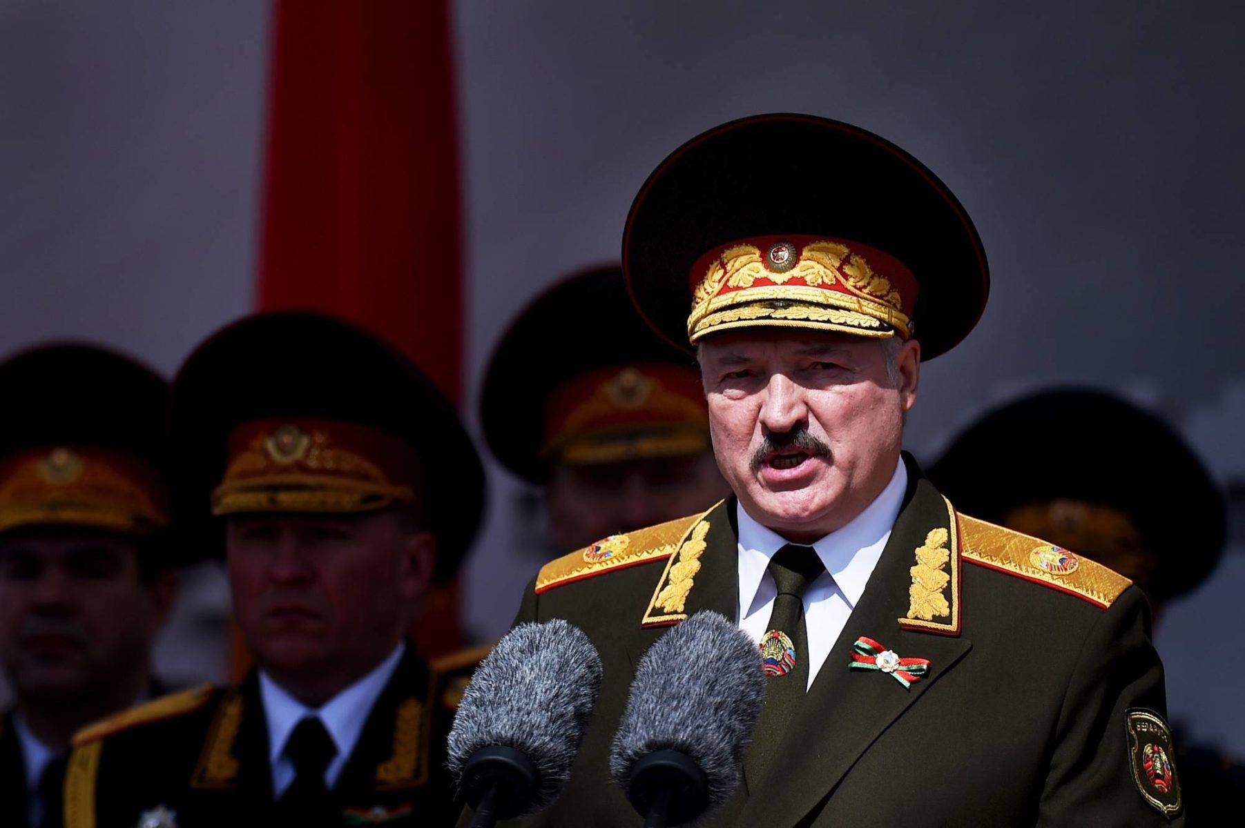 Presidentti Lukašenka puhui paraatijoukoille Minskissä 9. toukokuuta.