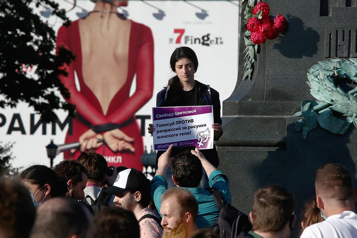 Taiteilija Julia Tsvetkovaa tukeva mielenosoitus Moskovassa maaliskuussa 2020.