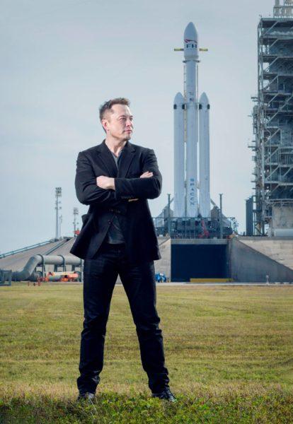Elon Musk Kennedyn avaruuskeskuksessa Floridassa. Taustalla SpaceX-yhtiön Falcon Heavy -raketti, joka koelennollaan vei Muskin oman Tesla Roadstar -urheiluauton avaruuteen helmikuussa 2018.