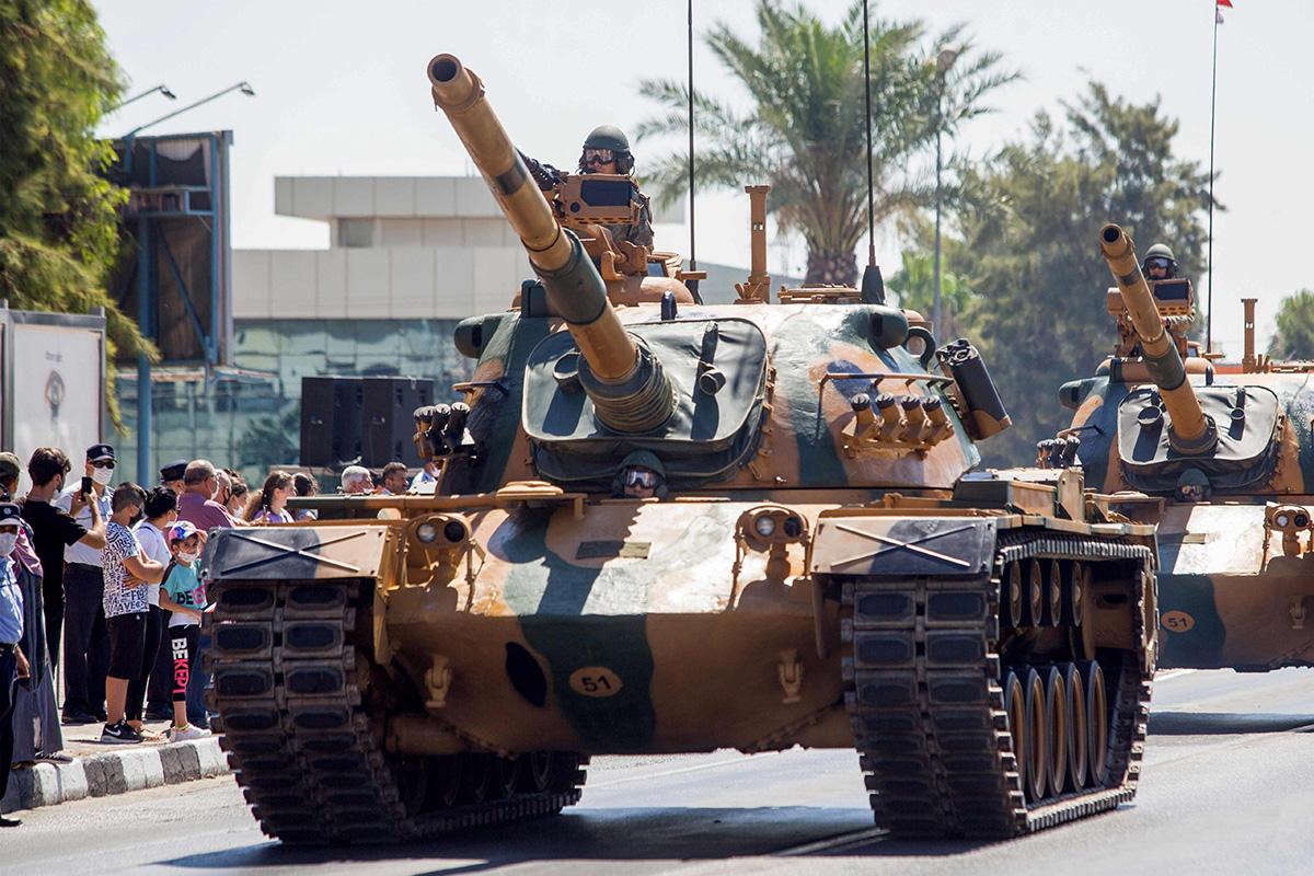 Turkin armeijan panssarivaunuja paraatissa Kyproksen turkkilaisessa osassa 20. heinäkuuta.