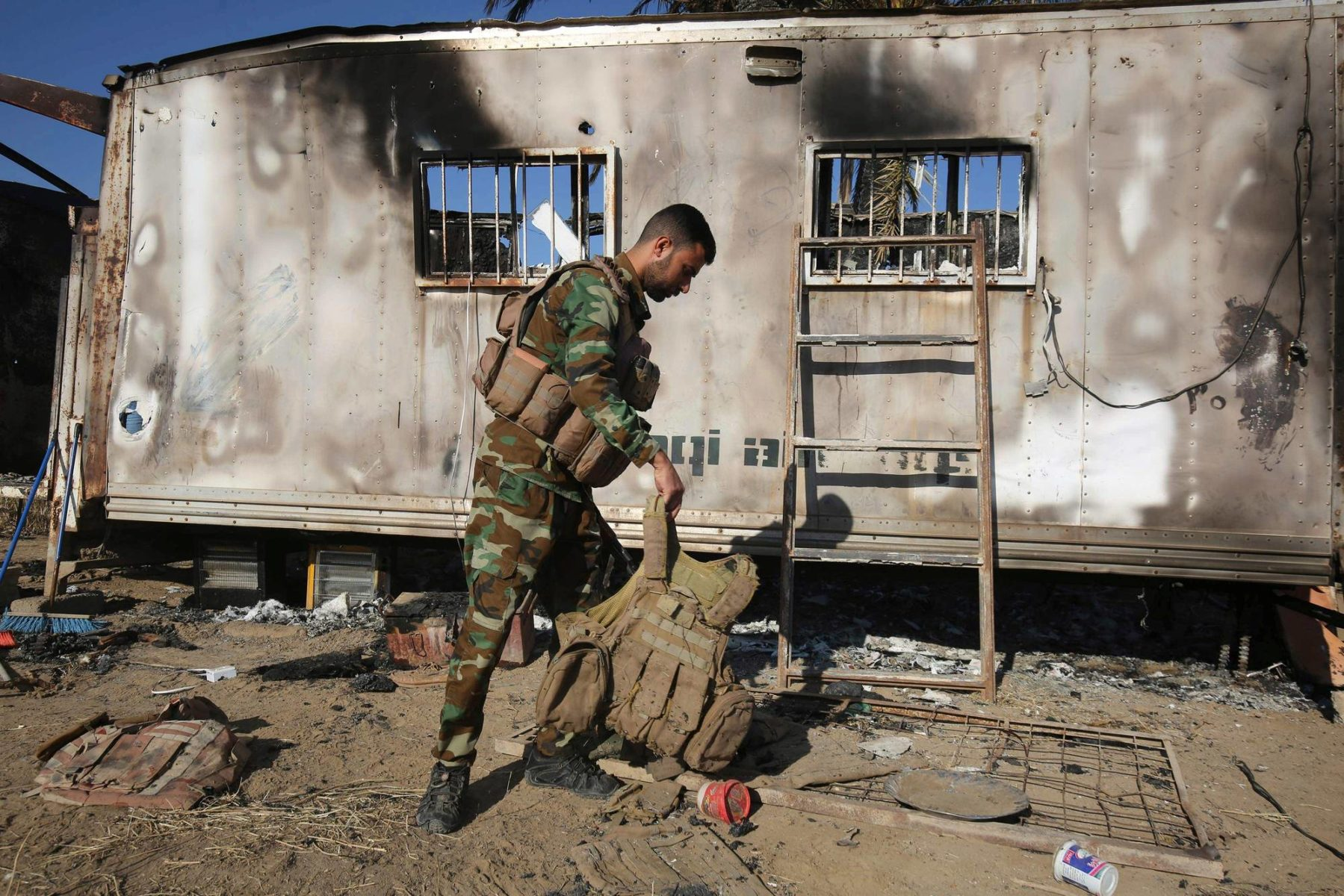 Irakin šiiamuslimien Hashd al-Shaabi -joukkojen sotilas tutki Isisin iskun jälkiä Bagdadin pohjoispuolella 3. toukokuuta.
