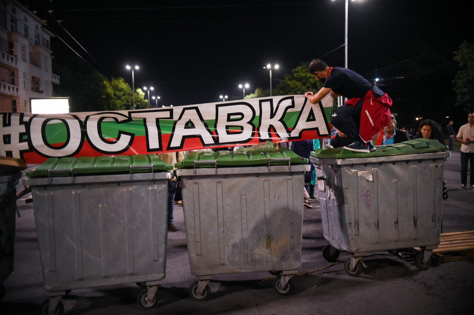 """Bulgarian hallitusta arvostelevian mielenosoittajien kylteissä luki """"ero"""" Sofiassa 7. elokuuta."""