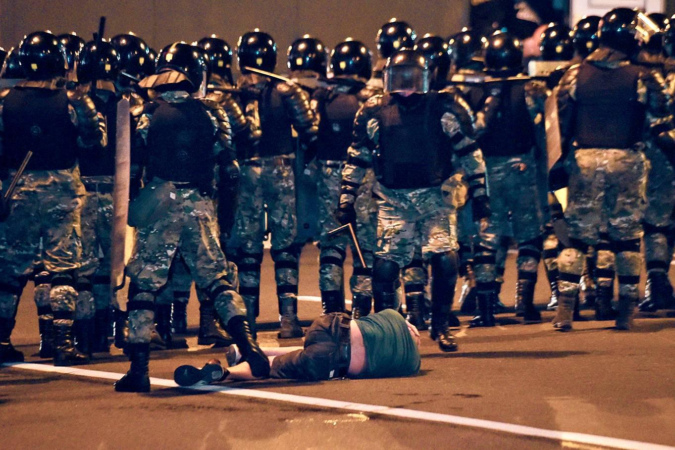 Mellakkapoliisit taltuttivat mielenosoittajia Minskissä vaalihuoneistojen sulkeuduttua 9. elokuuta.