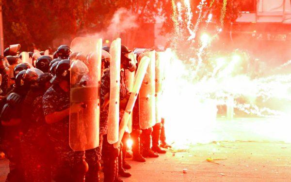 Hallitusta vastustavat mielenosoittajat ampuivat poliiseja ilotulitteilla Beirutissa 10. elokuuta.