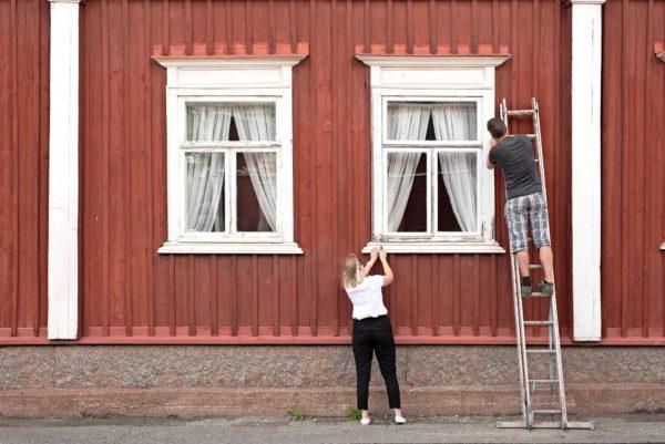 Erika Rentola-Björklund ja Dag Björklund kunnostavat vuonna 1834 rakennetun talon ikkunoita Kristiinankaupungissa.