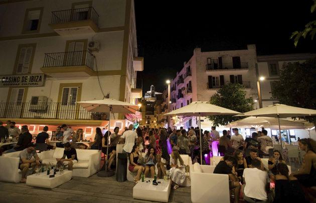 Ihmisiä kokoontui terassille Ibizan satamassa Espanjassa 31. heinäkuuta.