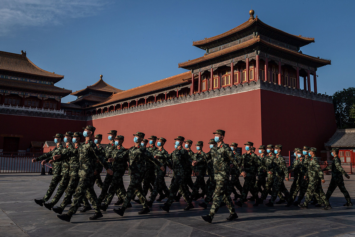 Kiinan puolisotilaallisen poliisin joukkoja Pekingissä toukokuussa 2020.