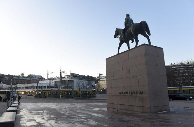 Mannerheimin patsas Mannerheiminaukiolla Helsingissä.