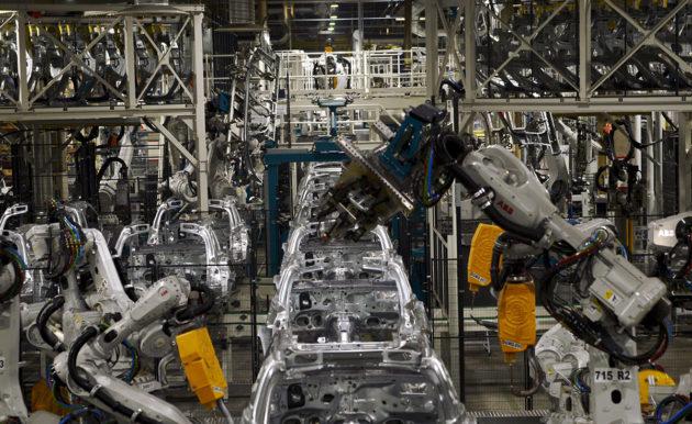 Teollisuusrobotit ovat yleisessä käytössä esimerkiksi autoteollisuudessa. Kuva Valmet Automotiven Uudenkaupungin tehtaalta.