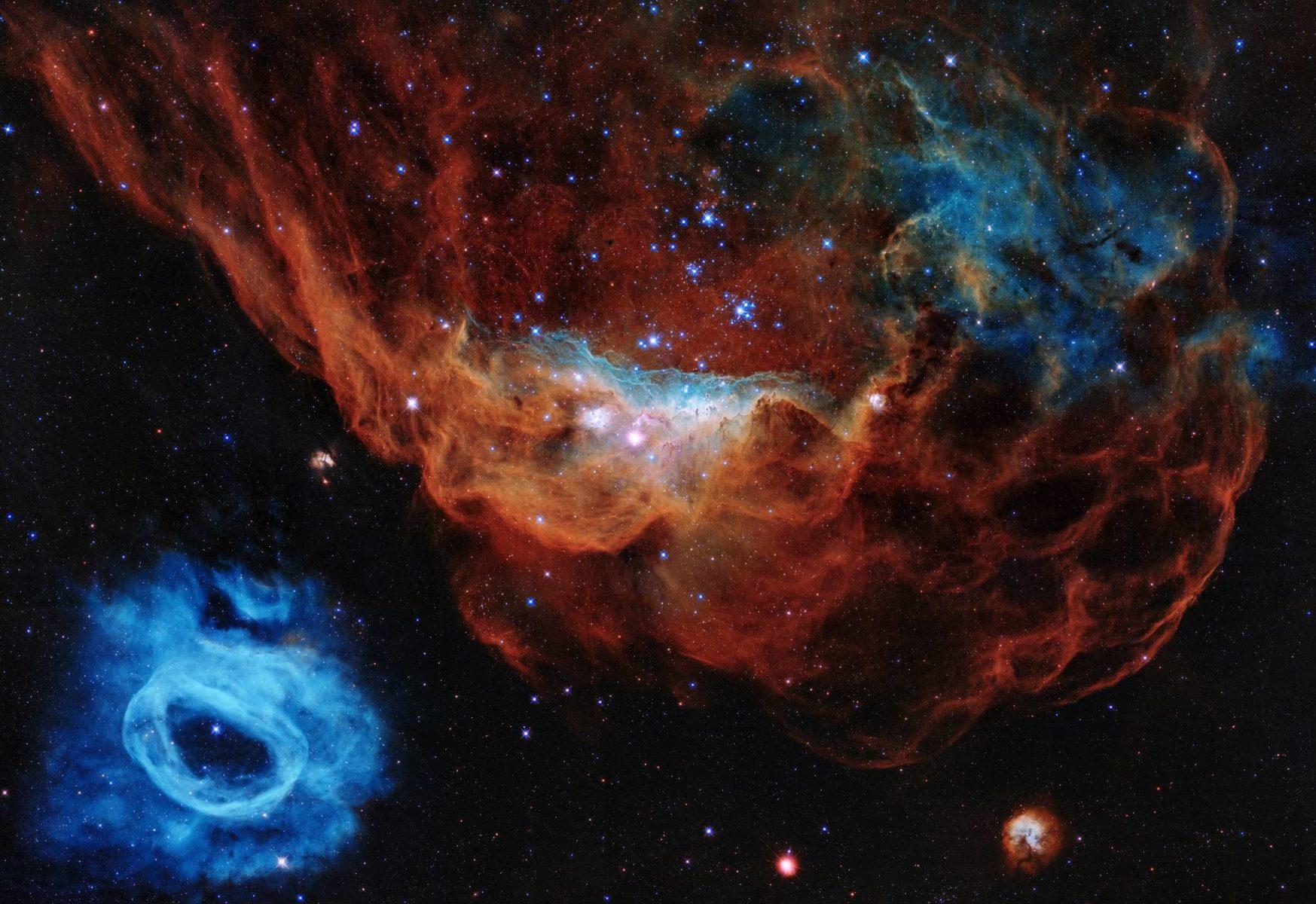 Nuori tähtijoukko on kovertanut tähtituulellaan synnyinpilveensä laajan onkalon. Sininen väri kuvaa happea, punainen vetyä ja typpeä. Vasemman alakulman sininen rinkula on massiivisen tähden puhaltama kaasukupla.