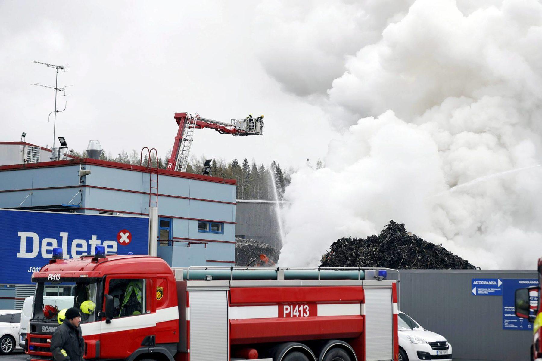 Pelastuslaitos sammutti rakennusjätekasan paloa Ruskon teollisuusalueella Tampereella 11. toukokuuta.