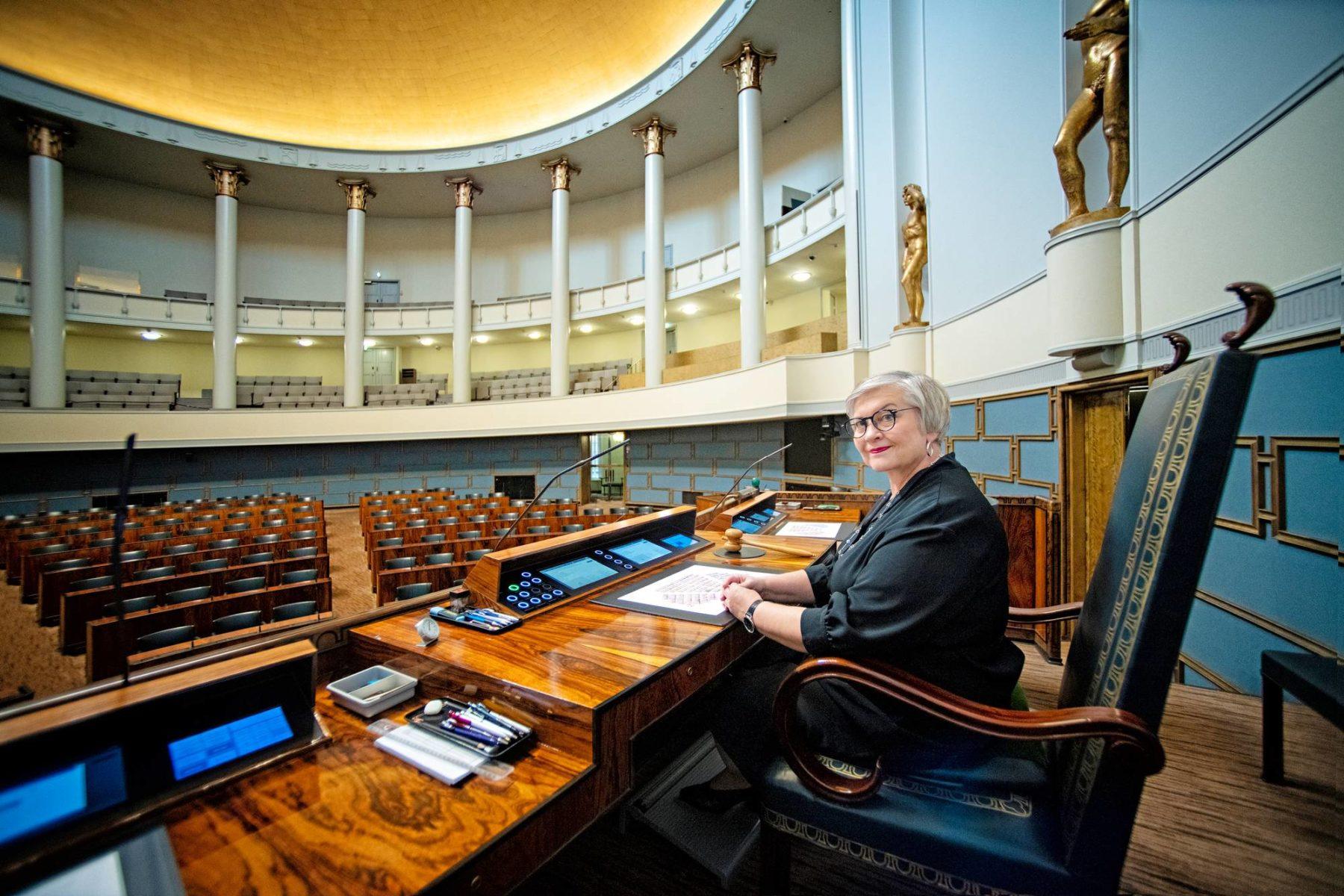 Puhemies Anu Vehviläinen (kesk) eduskunnan istuntosalissa. Syysistuntokausi alkaa tiistaina 1. syyskuuta.