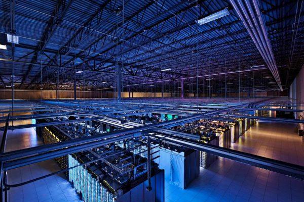 Google perusti datakeskuksen entisiin Stora Enson Summan tehtaan tiloihin. Googlen mukaan kokonaisinvestointi Haminaan nousee kahteen miljardiin euroon.