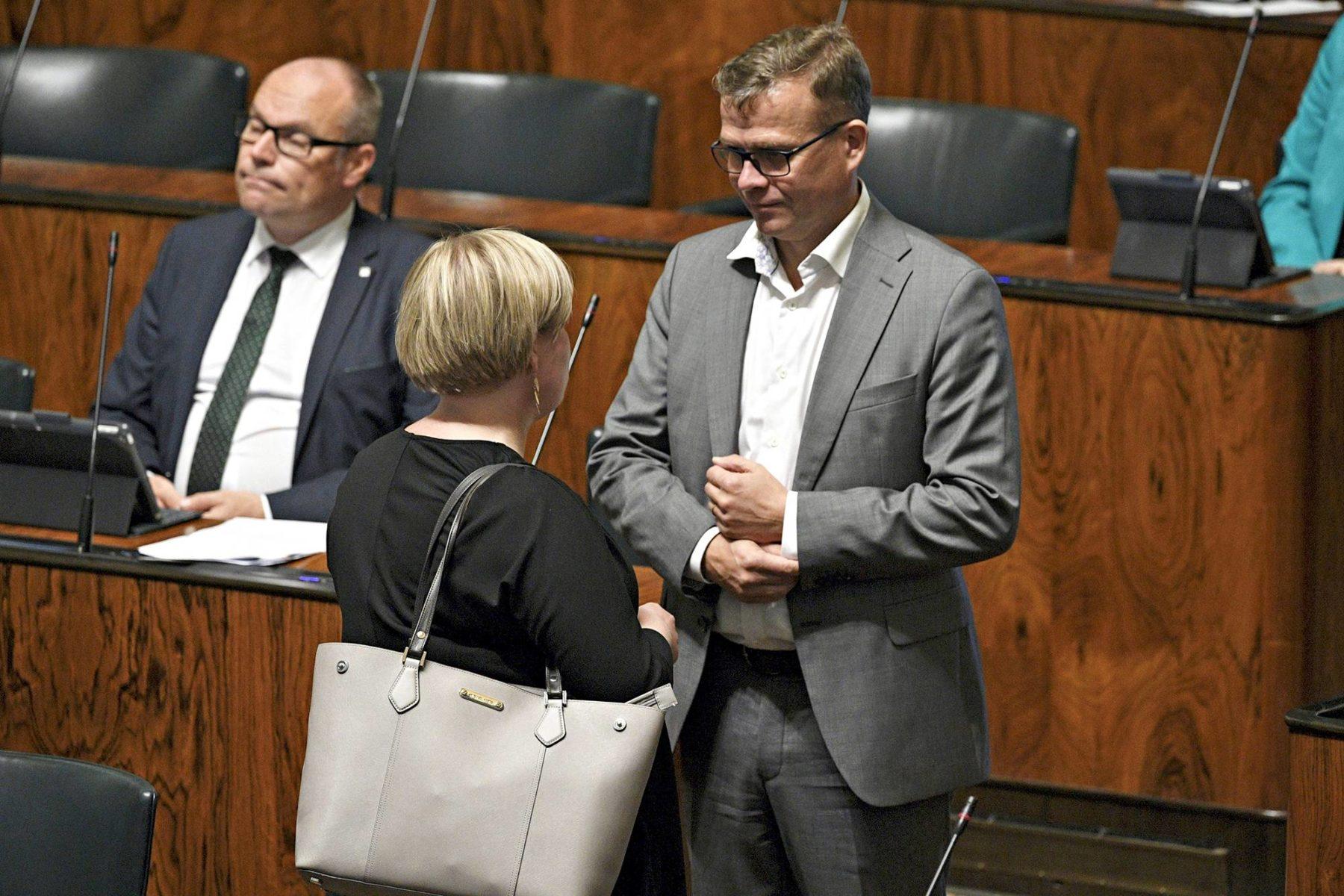Keskustan uusi puheenjohtaja Annika Saarikko ja kokoomuksen puheenjohtaja Petteri Orpo kohtasivat eduskunnassa 8. syyskuuta. Taustalla istui kansanedustaja Mikko Kinnunen (kesk).