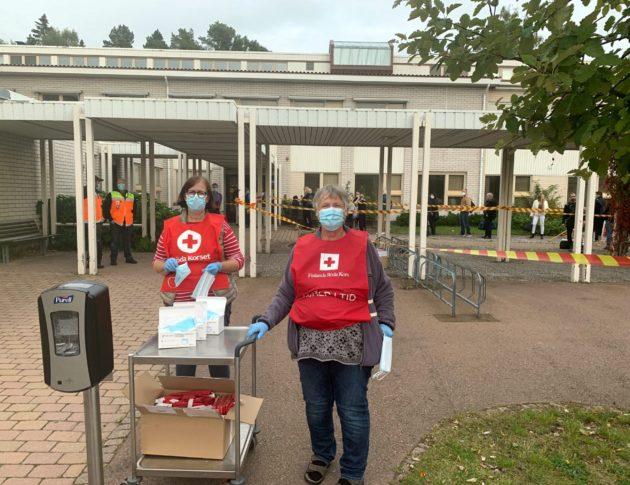 Suomen Punaisen Ristin koulutetut vapaaehtoiset tukevat viranomaisia Viking Amorellan karille ajamisen yhteydessä. Strandnäsin koululle perustetussa evakuointikeskuksessa oli sunnuntaina 20. syyskuuta nelisenkymmentä vapaaehtoista avustustehtävissä.