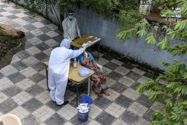 Koronatestausta Hyderabadin kaupungissa Intiassa 17. syyskuuta 2020.