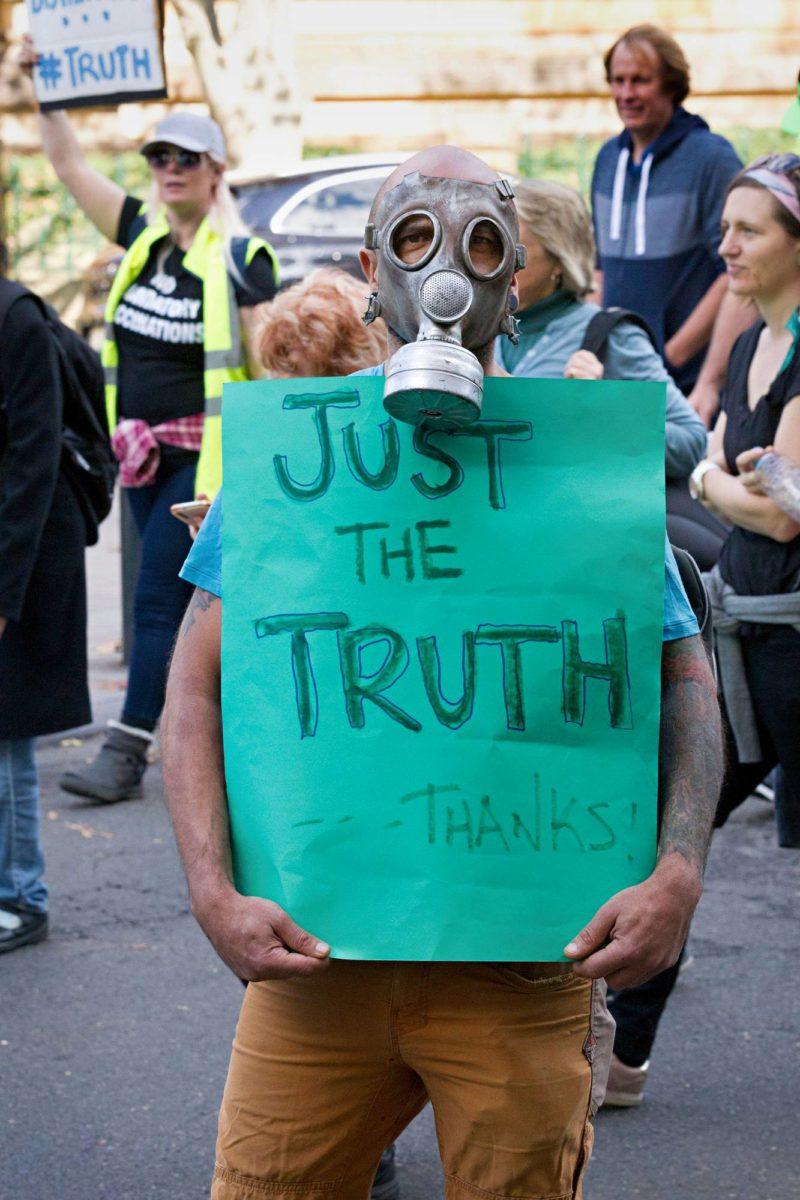 Tuhannet mielenosoittajat vastustivat rokotuksia ja koronarajoituksia toukokuussa Sydneyssä.