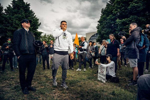 Salaliittoteoreetikko, julkkiskokki Attila Hildmann piti toukokuussa Berliinissä 40 minuutin vihapuheen Bill Gatesia, Angela Merkeliä ja Saksan hallitusta vastaan mielenosoituksessa, joka arvosteli Saksan koronatoimia ja -politiikkaa.