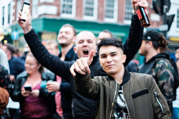 Korona-aika ei estänyt nuorten aikuisten juhlimista Lontoossa.