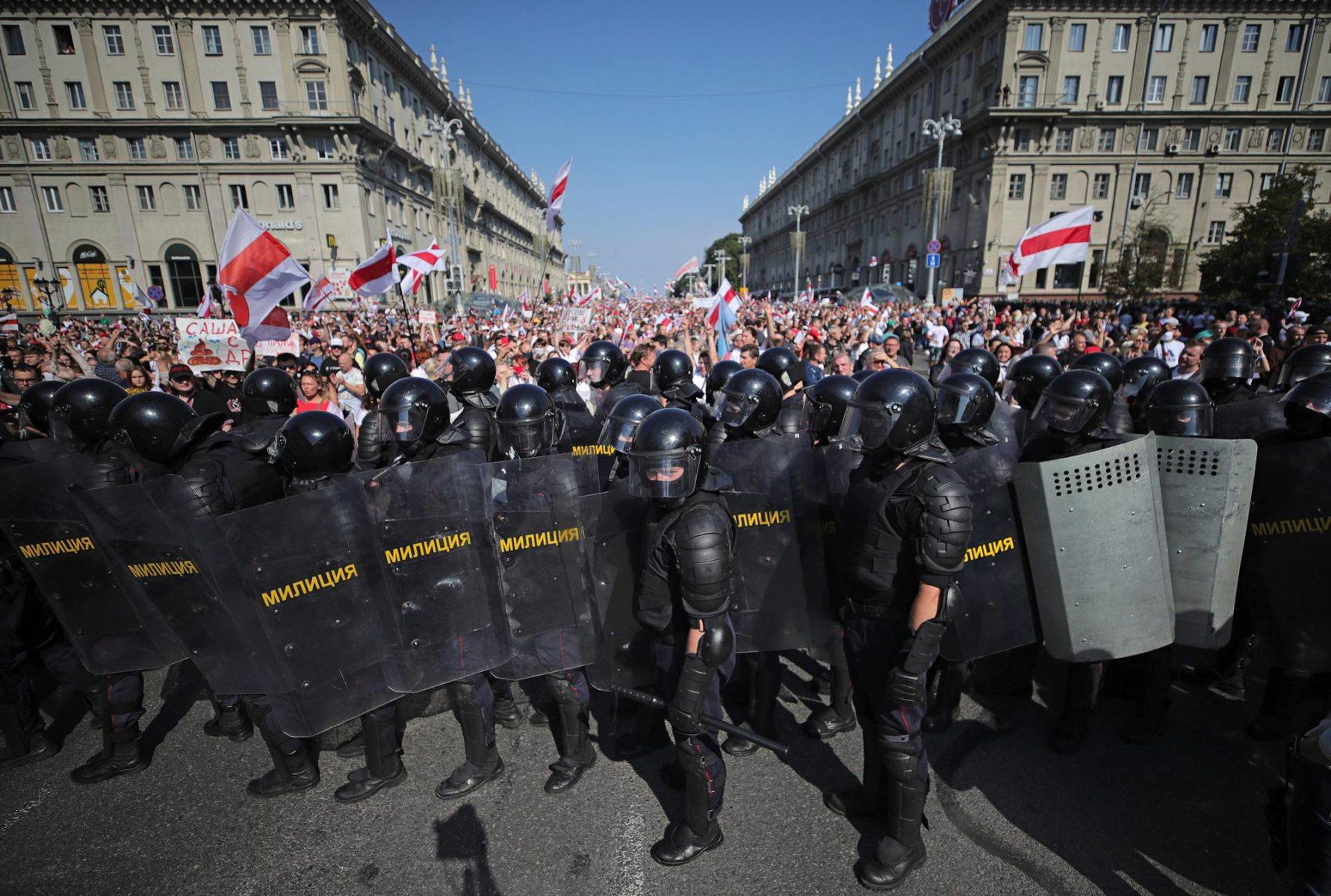 Kymmenettuhannet ihmiset osoittivat mieltään presidentti Lukašenkaa vastaan Minskissä sunnuntaina 30. elokuuta. Poliisi kertoi ottaneensa kiinni 125 mielenosoittajaa.