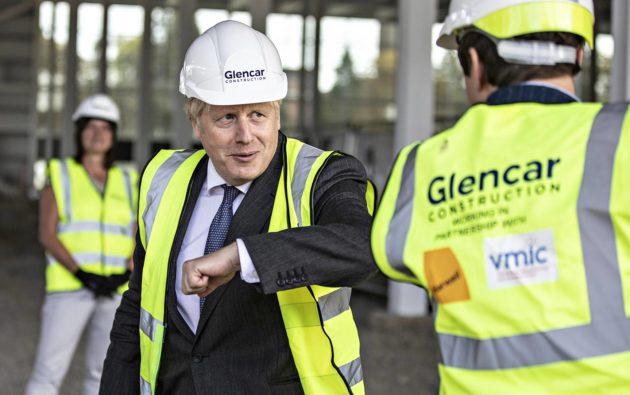 Britannian pääministeri Boris Johnson vieraili 19. syyskuuta rokotetehtaan työmaalla Harwellissa lähellä Oxfordia.