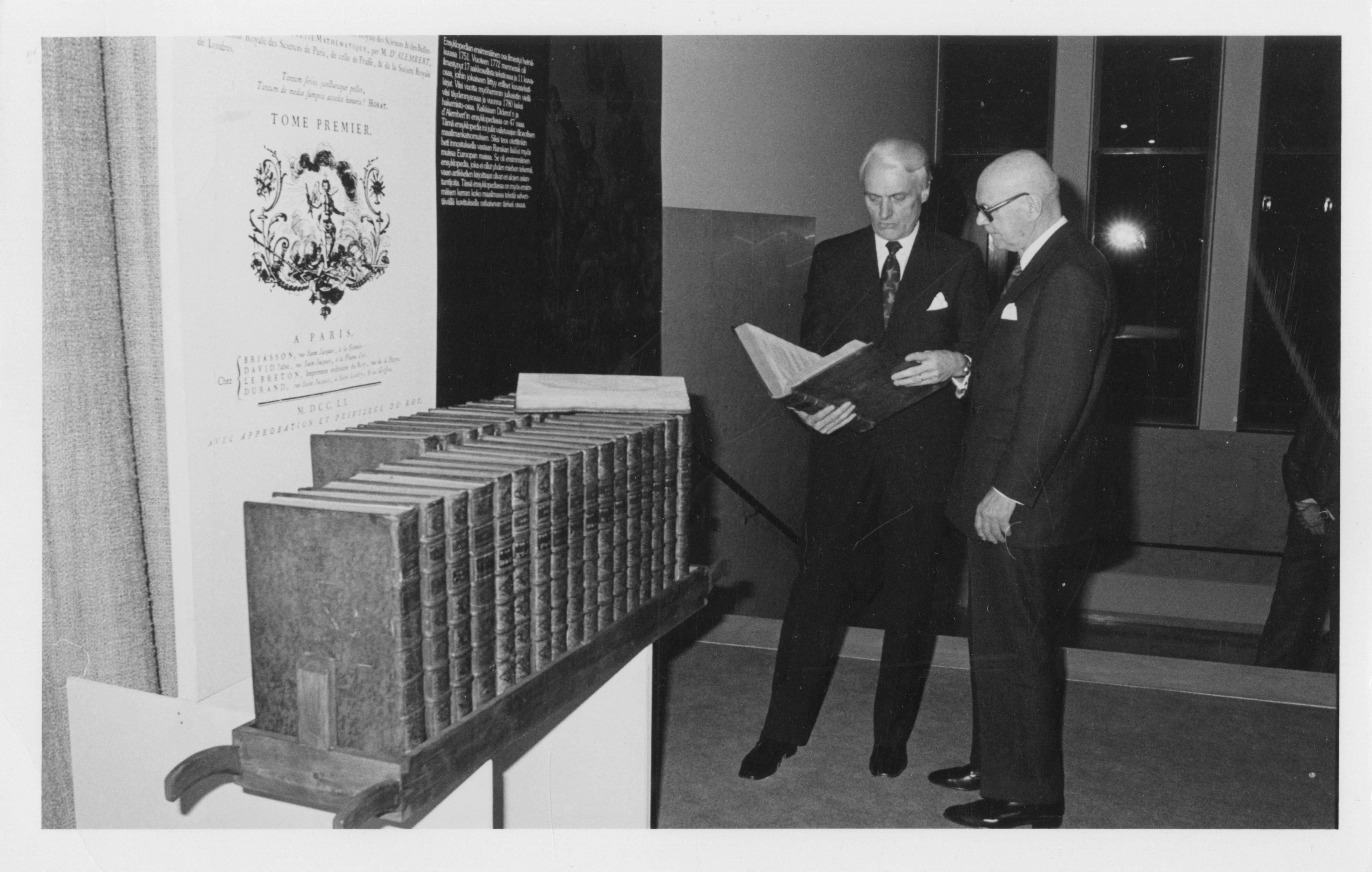 Otavan toimitusjohtaja Heikki A. Reenpää ja presidentti Urho Kekkonen vuonna 1976.