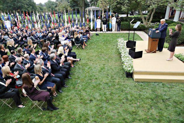 Vain harva osallistuja käytti suusuojaa Valkoisessa talossa 26. syyskuuta pidetyssä tiedotustilaisuudessa.