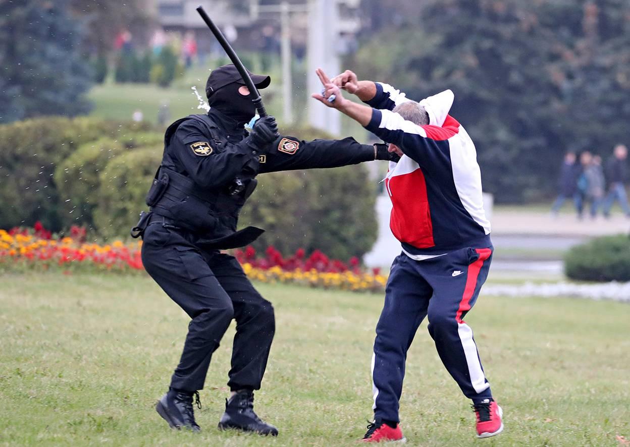 Poliisi otti mielenosoittajan kiinni Minskissä lokakuussa.